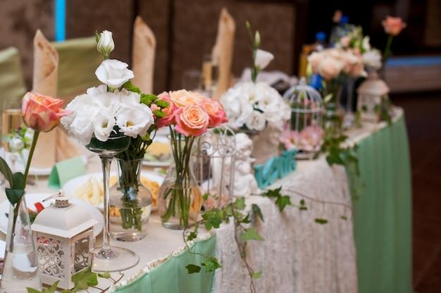 Bela decoração de flores na mesa de casamento