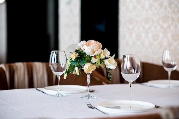 Bela decoração de flores na mesa.