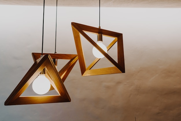 Bela decoração de lâmpada pendurada na parede