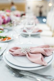 Bela decoração de mesa para os hóspedes