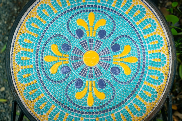 Bela decoração de mosaico em mesa redonda