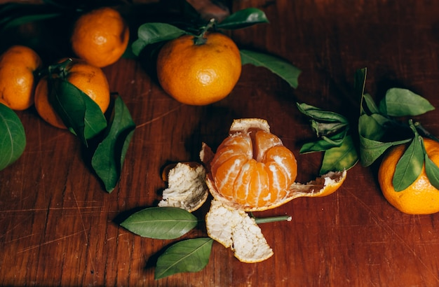 Bela decoração de natal com tangerinas nas guirlandas de luz da noite