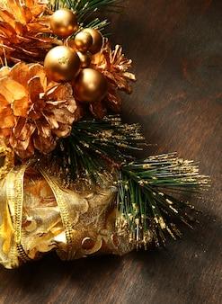 Bela decoração de natal de vermelho e dourado na madeira