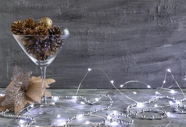 Bela decoração de natal em tons de ouro prateado pinhas douradas luzes de natal e brinquedos em um con ...