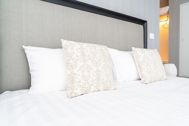 Bela decoração de travesseiro na cama no quarto