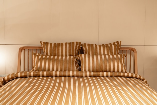 Bela decoração de travesseiros no interior da cama decoração no quarto