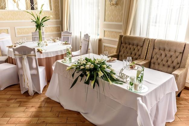 Bela decoração do feriado do casamento com flores e folhagens com decoração de florista. preparativos para a cerimônia de casamento