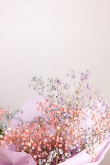 Bela decoração pequenas flores coloridas secas bonitos, papel de parede. Foto gratuita