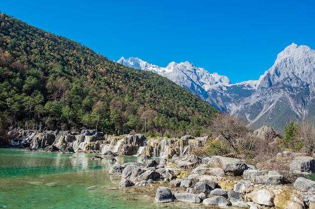 Bela do vale da lua azul, ponto de referência e local popular para atrações turísticas dentro da área cênica da montanha de neve do dragão de jade (yulong), perto da cidade velha de lijiang. lijiang, yunnan, china