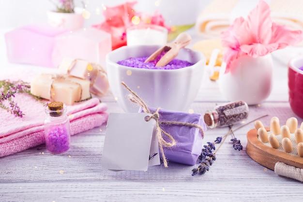 Bela e conceito de moda com composição de conjunto de spa na mesa de madeira no centro de bem-estar