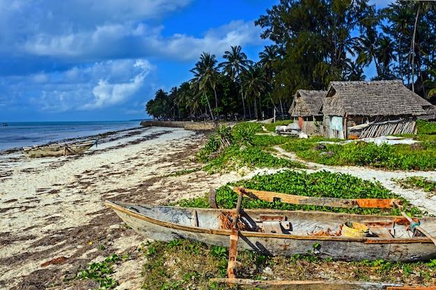 Bela e pitoresca costa africana de diani, no quênia