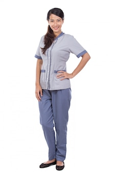 Bela empregada asiática de uniforme