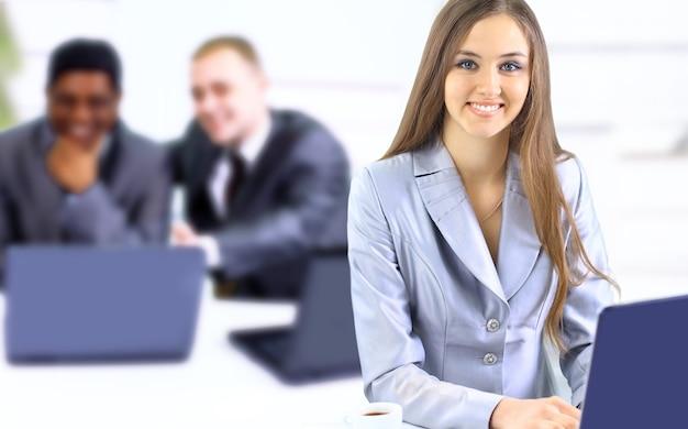 Bela empresária mantém o laptop. isolado em um fundo branco.