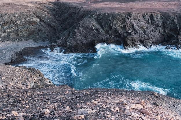 Bela enseada com água batendo na costa