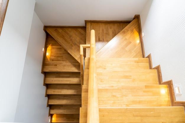 Bela escada de madeira em casa