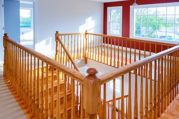 Bela escadaria e sala de estar em nova casa de luxo