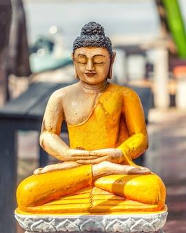 Bela estátua de buda na luz solar