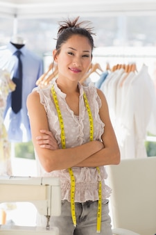 Bela estilista feminina com cremalheira