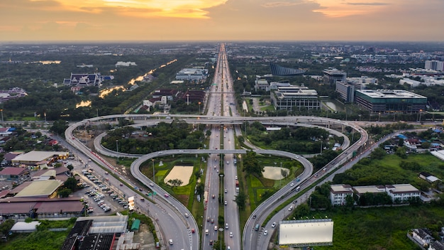 Bela estrada circular e via expressa forma bo folha na vista aérea da tailândia