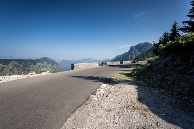 Bela estrada de montanha sinuosa em montenegro