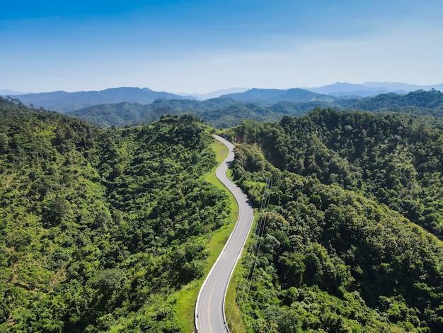 Bela estrada no topo da montanha