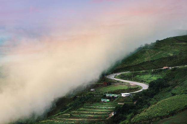 Bela estrada paisagem de verão nas montanhas com o pôr do sol
