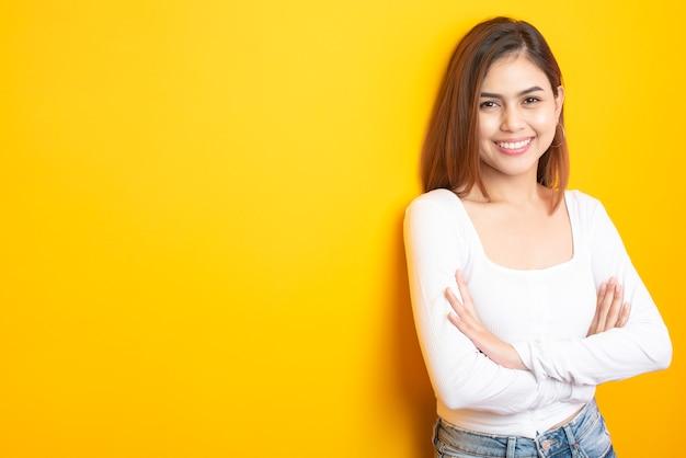 Bela estudante universitária está sorrindo em amarelo