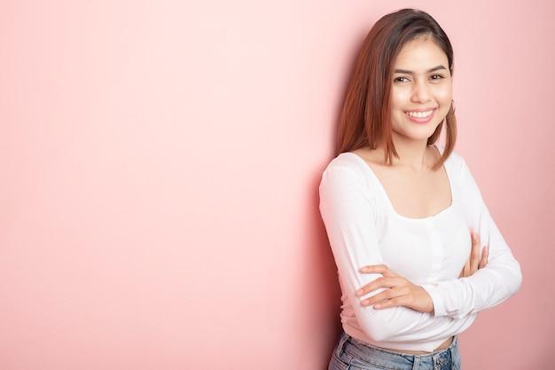 Bela estudante universitária está sorrindo em rosa