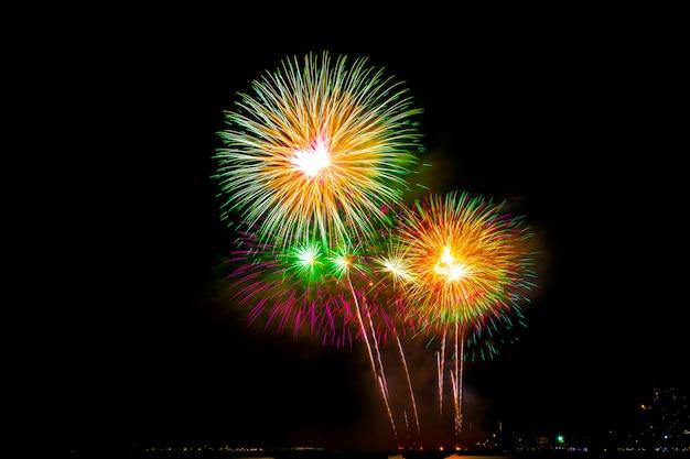 Bela exibição de fogos de artifício na praia do mar, incrível festa de fogos de artifício de férias