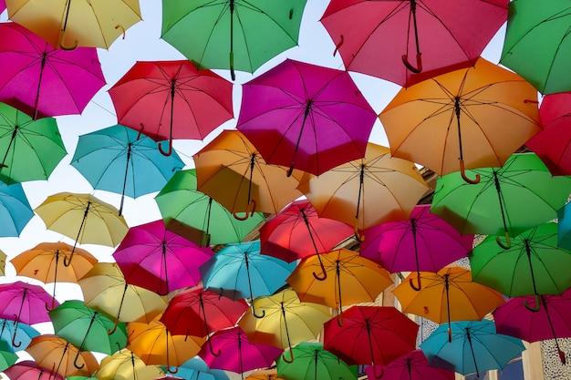 Bela exibição de guarda-chuvas flutuantes coloridos