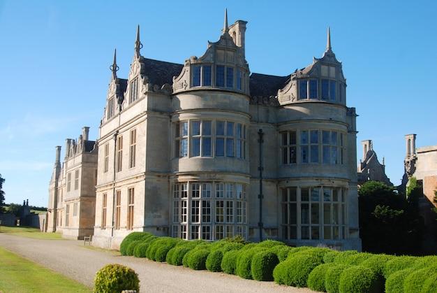 Bela fachada do velho castelo. edifício inglês histórico.