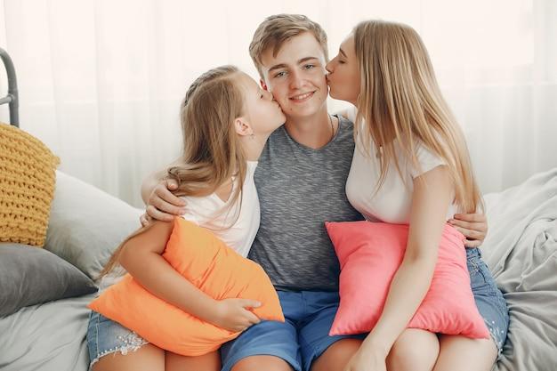 Bela família se divertir em casa