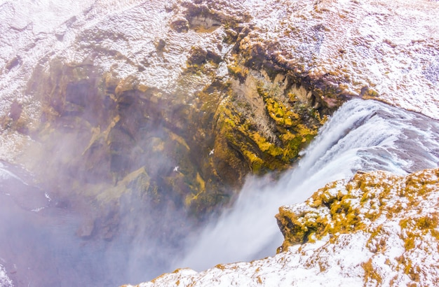 Bela famosa cachoeira na islândia, temporada de inverno