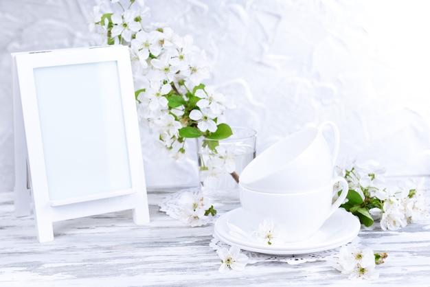 Bela flor de fruta em vidro na mesa na superfície cinza