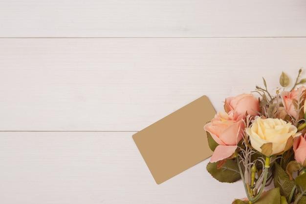 Bela flor e tag em fundo de madeira com romântico