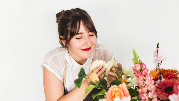 Bela florista feminina cheirando flores