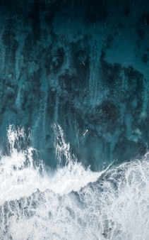 Bela focada closeup tiro de incríveis texturas de água no oceano