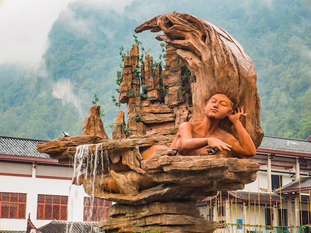Bela fonte estátua em frente ao parque nacional wulingyuan, no distrito de wulingyuan, cidade de zhangjiajie, china