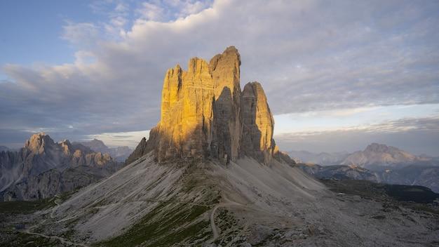 Bela formação rochosa no parque nacional drei zinnen em toblach, itália
