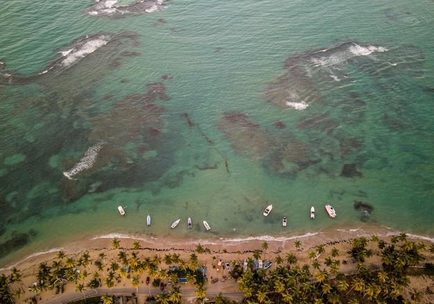 Bela foto aérea da costa marítima com alguns pequenos barcos estacionados perto da costa