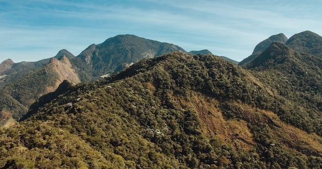 Bela foto aérea de montanhas cobertas de árvores no rio de janeiro, brasil