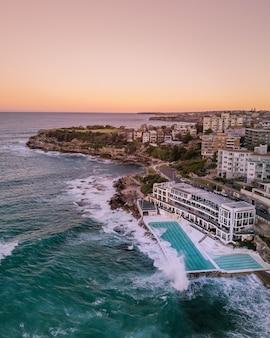 Bela foto aérea de uma cidade costeira e o mar