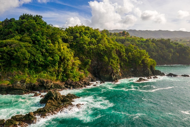 Bela foto aérea de uma ilha à beira-mar com um mar ao lado