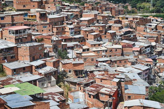 Bela foto aérea dos edifícios na favela comuna 13 em medellín, colômbia