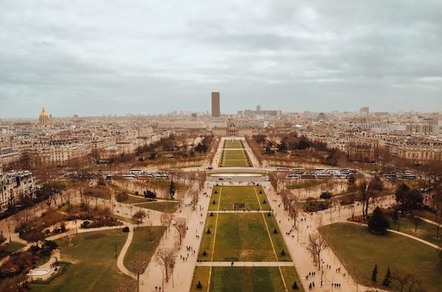 Bela foto aérea dos jardins da torre eiffel sob as nuvens de tempestade