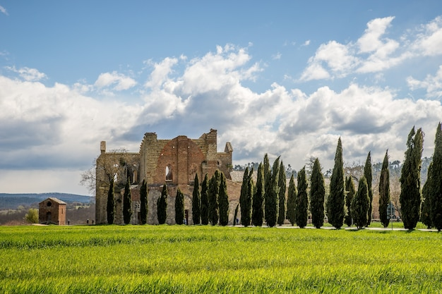 Bela foto da abbazia di san galgano à distância, na itália