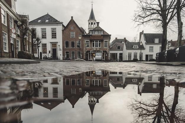 Bela foto da arquitetura da cidade com reflexões