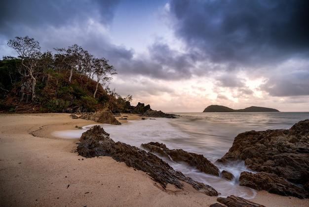 Bela foto da baía perto do oceano sob céu nublado em cairns cape tribulation, austrália