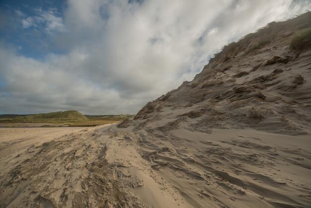 Bela foto da bizarra costa do mar do norte em um dia nublado