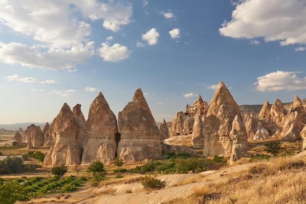 Bela foto da formação rochosa sob um céu azul na turquia